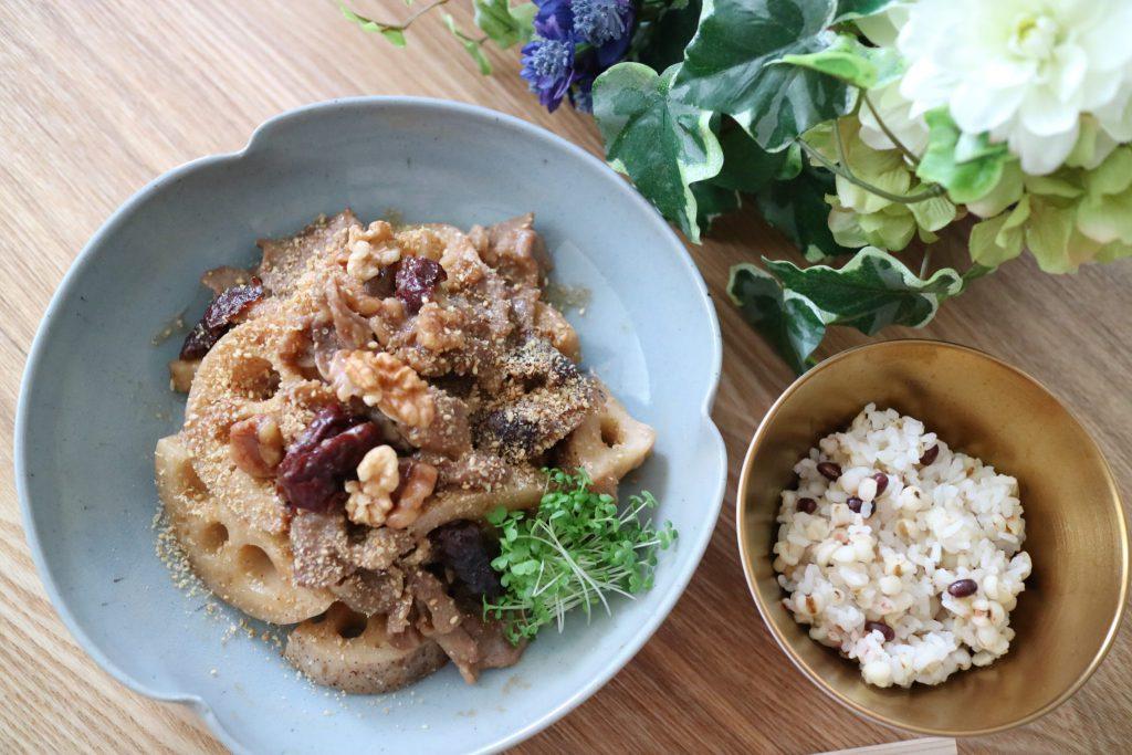 蓮根、棗、クルミの煮物