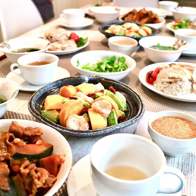 こんばんは!.今日は「11月秋後半の薬膳料理教室」でした。.この献立は初めての組み合わせだったのですが、皆さんの手際が良くて、予定より随分早く完成!.楽しくおしゃべりしながら、美味しい時間を過ごしました!.食事は楽しく食べるのが1番の薬膳かも❣️.#healthyfood #medicinalfood#手作り酵素ジュース #薬膳 #中医 #秋の薬膳 #ドードーの空@dodonosorakitchen