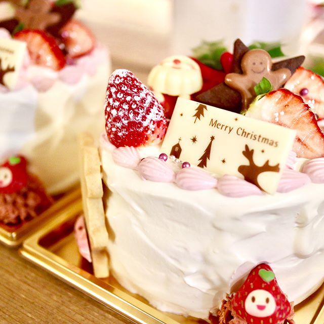 おはようございます!.クリスマスウィーク楽しんでますか?.昨晩は、知り合いのケーキ店で、クリスマス製造のお手伝いをしてきました!.ソネさんとは、三茶開業歴がほぼ同じ仲間。彼女のデザインは、いつもほんわか可愛い.今回は、ケーキのトッピングの多さに手惑いながらも、何とか徹夜作業を乗り越えました!.箱を開けた時の子供達の笑顔が目に浮かぶ.メリークリスマスたくさんの愛に包まれた時間を過ごして下さいね.#クリスマスケーキ#ケーキ #cake#Christmascake#三軒茶屋