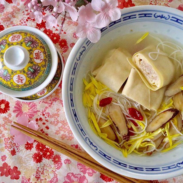こんにちは!.昨日渋谷からバスに乗ったら、目黒川の桜が綺麗でした。今年は、風邪をこじらしてしまってるので、花見に行ければ良いけど….友達の陳さんが作ってくれた、干し豆腐を巻いた上海のお料理を、黄耆を入れた出汁で煮て、汁ビーフンを作りました.菊の花びらと、枸杞を散らして、春らしい一品に!.補中益気湯もプラスして、早く回復したい。#healthyfood #medicinalfood#fruits#健康 #ヘルシーフード#手作り酵素ジュース #発酵 #発酵フルーツ #薬膳 #中医 #黄耆 #春の薬膳#ドードーの空@dodonosorakitchen@chengyi_dodo http://dodonosora.jp/