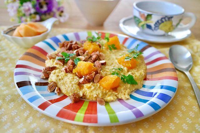 Happy Halloween .今年は台風と強風で、天気が不安定ですが、子供達は楽しめてるのかな?.ハロウィンと言ったら、やっぱりカボチャです.カボチャポーリッジ!ポーリッジ(porridge)ってスコットランドで食べられている朝食なんだそう.オートミールを牛乳や水で煮た、お粥って感じですが、あっという間に煮えるので、めっちゃ時短!.温かいお粥ですけど、フルーツとの相性も良いので、冬は冷たいシリアルよりも体に優しいですね.今日はハロウィンなので、カボチャを入れて、少しのシナモンも入れました.トッピングには、キャラメレーゼしたアーモンド薬膳的には、補中益気、健脾安神.美容薬膳としてもバッチリな一品になりました!.オートミール性味/甘、涼帰経/脾、胃、大腸健脾、消積、降気、寛中.#healthyfood #medicinalfood#手作り酵素ジュース #薬膳 #中医 #ポリッジ #オートミール#porridge #カボチャ #ドードーの空@dodonosorakitchen