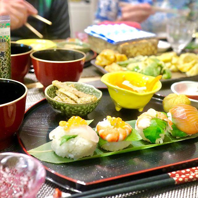 おはようございます!.秋晴れの爽やかな朝です。昨晩は、ノースキャロライナからいらした、ご夫婦が日本食レッスンに、いらっしゃいました。.ご夫婦揃って背が高い!!普段は2人で料理して、ほとんど家で食事をするという、素晴らしいご夫婦。.メニュー手鞠寿司野菜天麩羅とり天紅白なます叩きごぼう巾着キントン味噌汁.やっぱり1番盛り上がるのは、ごぼうを「叩く」作業。大笑いしながら、ごぼうを叩きました.ごぼうはデトックス作用が強いと言われてますけど、この調理法なら、ストレスも発散出来るかも!.牛蒡性味/甘辛、微涼帰経/肺、肝、大腸通便、補腎、清熱.http://locals.tadaku.com/#healthyfood #medicinalfood#手作り酵素ジュース #薬膳 #中医 #牛蒡 #通便 #補腎#ドードーの空@dodonosorakitchen