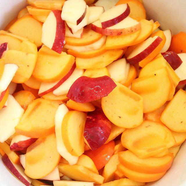おはようございます!.急に寒くてびっくりします。冬の為の酵素の仕込みを、急がねば!という事で昨晩は、林檎と柿を慌てて仕込みました.先日の講座では、作った酵素で、顔パックやリンスにも色々と試された方が再受講され「午後になるとコシが無くなってたのに、髪のハリコシが戻ったんです!」と、とてもニコニコしてらっしゃいました.そして朝もスッキリ出来る様になったとの事!良い報告を沢山聞いて、私も嬉しくなりました.手作りだから、酵素風呂や酵素パック、酵素リンス贅沢に使えますよ!.このシーズン、お家の庭に柿の木の成ってるのを良く見ます。酵素ジュースを作ってみて下さいね.柿性味/甘渋、寒帰経/心、肺、胃、大腸清熱、解酒毒、潤肺、止渇.#healthyfood #medicinalfood#手作り酵素ジュース #薬膳 #中医 #柿 #ドードーの空@dodonosorakitchen