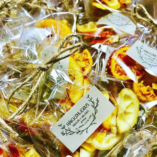 こんばんは!.酵素ジュースを作った時に出来る発酵フルーツを、乾燥させると自家製のドライフルーツに!.防腐剤無し、着色料無し!とっても可愛く仕上がりました。.レモン、タンカン、ブラッドオレンジ.#healthyfood #medicinalfood#fruits#健康 #ヘルシーフード#手作り酵素ジュース #発酵 #発酵フルーツ #薬膳 #中医 #popupcafe #ドードーの空@dodonosorakitchenhttps://dodonosora.jp/