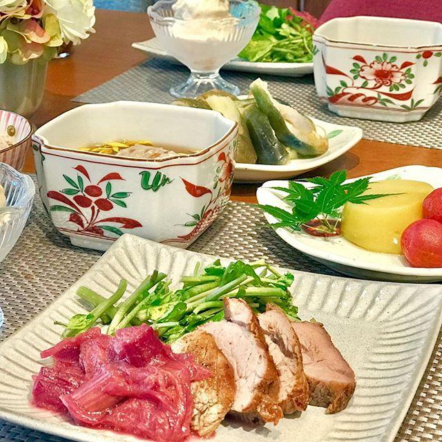 こんにちは!.異常気象な暑さの中で、頑張ってますか?.酷暑が長いので、自律神経が疲れてるというのをTVで見ました。.昨日から、夏の薬膳パート2。身体の内側から熱を取る食材を使っての、薬膳レッスン.#豚ヒレのローストルバーブソース#とうもろこしの葛豆腐#トマト蜂蜜マリネ#蓮根饅頭餡掛け#小豆と緑豆のごはん#桃のフローズンヨーグルト.8月は、お盆の都合でレッスンスケジュールが少なくて、ごめんなさい。.まだ、お席空いてる日がありますので、是非ご参加下さい!.#healthyfood #medicinalfood#fruits#健康 #ヘルシーフード#手作り酵素ジュース #発酵 #発酵フルーツ #薬膳 #中医 #夏バテ #夏の薬膳#彼ごはん#ドードーの空@dodonosorakitchenhttps://dodonosora.jp/