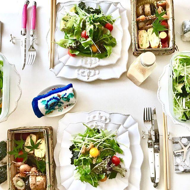 こんにちは!.昨日は、引っ越しをした友達の家に、お弁当を持って遊びに行って来ました!.とっても素敵なテーブルセッティングに、私のお弁当がミスマッチ ですが….楽しい会話と、ご飯があったら、それだけで素敵な時間は完成です!.#healthyfood #medicinalfood#fruits#健康 #ヘルシーフード#手作り酵素ジュース #発酵 #発酵フルーツ #薬膳 #中医 #彼ごはん #スムージー#ドードーの空@dodonosorakitchenhttps://dodonosora.jp/