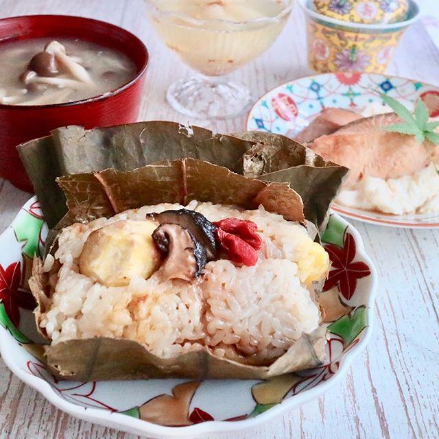 おはようございます!.東京は今年最後の夏日だそう。日中は暑くても夕方には急激に冷えますね。秋は、体調コントロールが難しいシーズンです。.乾燥と寒さに負けない様に、潤う食材と温まる食材を組み合わせて、乗り切りましょう!.蓮の葉蒸飯は、元気になる食材や潤う食材を沢山入れて、美味しく元気になる一品です。.お家でも簡単に作れるので、是非お試し下さい!.#healthyfood #medicinalfood#fruits#健康 #ヘルシーフード#手作り発酵ジュース #発酵 #発酵フルーツ #発酵リビングフード#薬膳 #中医 #蓮の葉蒸飯 #潤う #乾燥#彼ごはん #スムージー #秋の薬膳#ドードーの空@dodonosorakitchenhttps://dodonosora.jp/