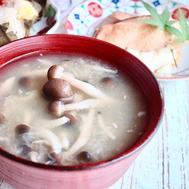 おはようございます!.今日もポカポカ陽気の東京ですね〜生徒さんから、蓮根を簡単に沢山食べれる料理を聞かれました。.喉が弱くて、喉からの風邪に弱いとか。潤肺の蓮根で、予防を考えたいとの事。.濃いめの出汁に、すりおろした蓮根とシメジの、すり流し汁です。とっても簡単に、美味しいトロトロの汁が出来上がります。.蓮根性味/甘、寒 加熱(甘、平)心、脾、胃生津、清熱、潤肺、涼血、化瘀、健脾、開胃、止瀉、固精.#healthyfood #medicinalfood#fruits#健康 #ヘルシーフード#手作り発酵ジュース #発酵 #発酵フルーツ #発酵リビングフード#薬膳 #中医 #蓮根 #シメジ #潤肺#彼ごはん #スムージー#ドードーの空@dodonosorakitchenhttps://dodonosora.jp/