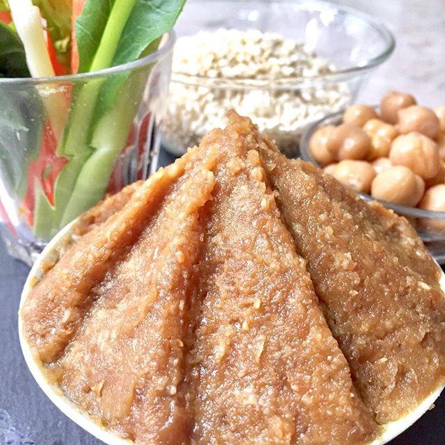 おはようございます!.人気の味噌作りレッスン。1月は「花つけ」という米麹と麦麹と大豆麹の3種類を合わせた麹を使ったよくばりなお味噌を作ります.「花つけ」は120年続いている老舗の味噌蔵から分けて頂きます。こちらの麹は全国でも珍しい、木の箱(ロジブタ)を使い、職人さんの手によって作られた贅沢な「手づくりのこうじ」です。.1年の始まりにはぴったりな味わいです。数席ですが、空きができましたので、是非ご参加くださいませ。.レッスン日程はクックパッドドゥから!https://cookpad.do/owners/10608.#healthyfood#medicinalfood#fruits#健康 #ヘルシーフード#手作り発酵ジュース #発酵 #発酵フルーツ #発酵リビングフード#薬膳 #中医 #手作り味噌#3種の麹 #花つけ#アスリートごはん#ドードーの空@dodonosorakitchenhttps://dodonosora.jp/