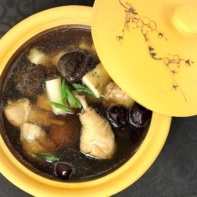 おはようございます!.1100年も昔から存在している、十全大補湯。疲労回復や免疫力アップの生薬を10種組み合わせて作ります。中国では「10」は完全を表すそうで、十全大補湯は「完全なスープ」という事.10種の生薬の他に、鶏肉、椎茸、山芋、生姜、ネギ、棗をボールに入れて、蒸篭で蒸し上げた本格スープ.蒸篭で蒸すと、高温で調理する事になるので、旨味倍増!そして何と言っても、スッキリキラキラした綺麗なスープが出来上がります。.寒い冬に、食べてもらいたいスープです!.https://cookpad.do/owners/10608#healthyfood#medicinalfood#fruits#健康 #ヘルシーフード#手作り発酵ジュース #発酵 #発酵フルーツ #発酵リビングフード#薬膳 #中医 #十全大補湯 #疲れた時のご飯 #疲労回復#アスリートごはん#ドードーの空@dodonosorakitchenhttps://dodonosora.jp/