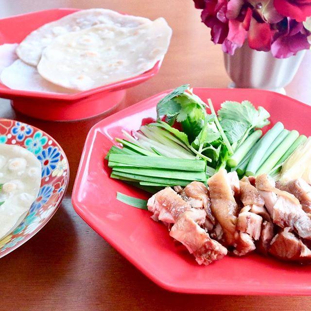 こんにちは!.先週は中国が春節の為、沢山の方が中国から、観光にいらしてる方が多かったですね〜.日本では、お正月に「お節料理」といって「縁起」の良い物を食べますが、中国の方は「実際的に」体に良い物を食べたいようです.新春に苦みの食材を食べて毒を出しスッキリの五辛巻という食事があります。.ニラ、にんにく、ねぎ、香菜、しょうが、またはラッキョウを皮に包んでバリバリ食べる何とも苦そうな料理です。にんにくも生でガリガリ食べてしまうそうですが、胃の弱い日本人にはチョットお勧めできない食べ方です。.それでも生で食べると野菜の酵素もたっぷり摂れるので、量を加減しながら、香りの物で体の内側からスッキリさせて、春を迎える準備をしたいですね!.https://cookpad.do/owners/10608#healthyfood#medicinalfood#fruits#健康 #ヘルシーフード#手作り発酵ジュース #発酵 #発酵フルーツ #発酵リビングフード#薬膳 #中医 #五辛巻 #香り野菜#デトックス#アスリートごはん#ドードーの空@dodonosorakitchenhttps://dodonosora.jp/