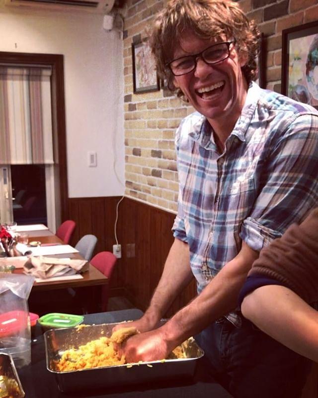 こんにちは!.人気の手作り味噌教室にオーストリアで知り合った、Timシェフが参加して下さいました!.とっても気さく、でも真面目Timさんは、手のサイズが大きくて、バットから豆や麹が、こぼれる事を凄く気にして、お茶目。.手の大きな方用のバットが必要だと言う事が分かりました〜.Timさん!ご参加ありがとうございました。オーストリアで美味しい、お味噌作って下さいね.https://cookpad.do/owners/10608#healthyfood#medicinalfood#misolesson#misoexperience#inbound#健康 #ヘルシーフード#手作り発酵ジュース #発酵 #発酵フルーツ #発酵リビングフード#薬膳 #中医 #美容食 #手作り味噌教室#アスリートごはん#ドードーの空@dodonosorakitchenhttps://dodonosora.jp/