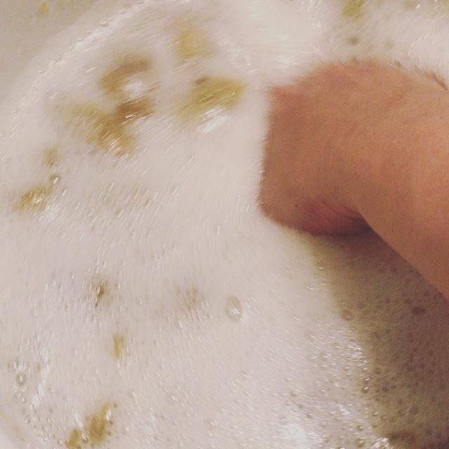 おはようございます!先週仕込んだ梅の発酵ジュースの発酵が終了。ふわふわの発酵泡があまりに気持ちよくて、いつまでも混ぜていたくなってしまうジュースは熟成まで後1週間は飲めないけど、発酵フルーツの方は、早速サラダに入れたり、お弁当に入れたり!梅のクエン酸パワーで、ベタベタムシムシの梅雨を乗り切るぞhttps://cookpad.do/owners/10608#healthyfood#medicinalfood#fruits#健康 #ヘルシーフード#手作り発酵ジュース #発酵 #発酵フルーツ #発酵リビングフード#薬膳 #中医 #梅雨薬膳 #梅 #発酵ジュース#お弁当#ドードーの空@dodonosorakitchenhttps://dodonosora.jp/
