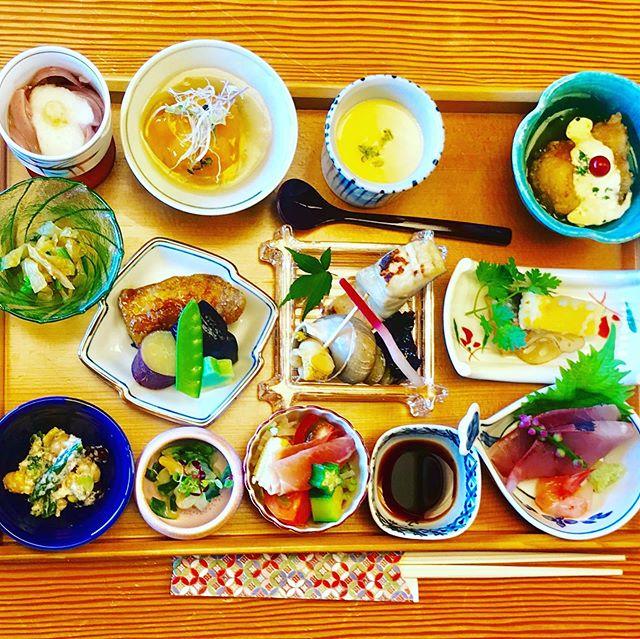 おはようございます!.先日、仕事で金沢に行って来ました。椿山荘のシェフおすすの松魚亭でスタッフとランチ.かつては、大陸から伝わってくる食の窓口だったという石川県。.加賀や能登は大陸の食文化の影響を受けて、味の美味しさだけでなく、見た目も美しいのが特徴だとか.美味しいものを食べ過ぎて、やはり口内炎が…しばらくは消化の良い物で脾胃を労わります.https://cookpad.do/owners/10608#healthyfood#medicinalfood#fruits#健康 #ヘルシーフード#手作り発酵ジュース #発酵 #発酵フルーツ #発酵リビングフード#薬膳 #中医 #加賀料理#松魚亭 #ドードーの空@dodonosorakitchenhttps://dodonosora.jp/