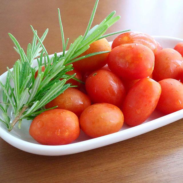 こんばんは!.実家の母が家庭菜園で育てたトマトをくれました。.トマトはのどの渇きを抑え、体を潤す食品。最近の研究では動脈硬化・高血圧を予防したり、血液サラサラ効果も注目されているんです!.コンポートやサラダを作りおきしておくと、とっても便利です。.https://cookpad.do/owners/10608#healthyfood#medicinalfood#fruits#日本を元気にするご飯#ヘルシーフード#手作り発酵ジュース #発酵 #発酵フルーツ #発酵リビングフード#薬膳 #中医 #夏バテ予防 #トマト#デザート#ドードーの空#日本中医食養学会https://dodonosora.jp/
