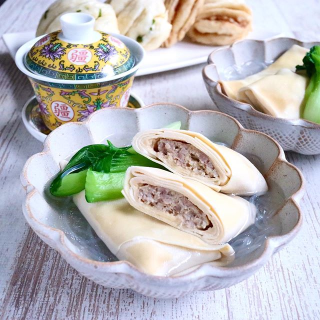 こんにちは!.私の大好きな中華食材、豆腐皮(トウフピー).豆腐を加圧して水分を抜き干した物で、日本の高野豆腐に似たような、それでいてもう少ししっとりした感じの食材です.そのシートの上にひき肉の餡を乗せてクルクルと巻いて、肉春巻きの様に作ったのを、柔らかく煮て、スープに入れたり、そのまま食べたり.高タンパク低カロリー*って事もお気に入りの1つ!.最近では、中華街に行かなくても、スーパーでも買えるそうです。みつけたら買ってみてくださいね!.#healthyfood#medicinalfood#fruits#日本を元気にするご飯#ヘルシーフード#手作り発酵ジュース#発酵 #発酵フルーツ #発酵リビングフード#温活 #老化防止#薬膳 #中医 #豆腐皮#スープに入れても美味しい#ドードーの空#日本中医食養学会https://dodonosora.jp/https://chuigaku-cocokara.jp/magazine/cook/