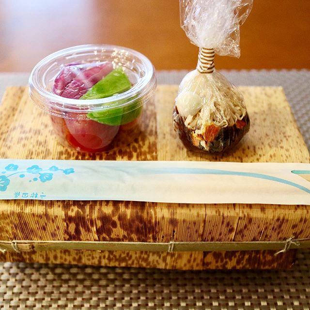 おはようございます!.東京は桜の開花宣言もあり春本番って感じですね。.お花見宴会は出来ませんが、目黒川の桜くらいは見に行けるかな?.発酵麹調味料レッスンでお持ち帰り頂いているお弁当。.麹を使った、お漬物と味噌玉、お弁当箱の中身は、その時のお楽しみ!.皆んなで一緒に食べる楽しさは無いですが、お家に帰ってホッと一息召し上がって頂きたいです。.塩麹の浅漬け【材料(作りやすい分量)】お好きな野菜 250g塩麹  大さじ1【作り方】①お好きな野菜を食べやすい大きさにカットする②①と塩麹をジップロックに入れ全体に塩麹が行き渡るように、シャカシャカする③30分-1時間で水が出て来て食べれる様になります。.トマト、スナップエンドウも生のまま漬ける事が出来ます!スナップエンドウはシャキッとした食感が楽しいです。.#healthyfood#medicinalfood#fruits#miso#日本を元気にするご飯#ヘルシーフード#手作り発酵ジュース #発酵 #発酵フルーツ #発酵リビングフード#温活 #老化防止#薬膳 #中医 #手作り味噌体験#発酵麹調味料 #発酵麹調味料マイスターhttps://dodonosora.jp/https://chuigaku-cocokara.jp/magazine/cook/