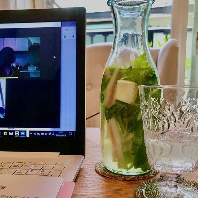 こんにちは!.今日は、オンライン講座。新型コロナがなかなか落ち着かない今、オンラインでのコミュニケーションに、助けられてますが、早くリアルに会えるようになりたいです!.最近ハマってる、デトックス発酵ジュース。いつもの発酵ジュースに、セロリ、スイカ、レモンの組み合わせ。.平肝の働きでストレスからのイライラにおすすめのセロリ。特に葉の部分が良いと、利尿作用のスイカの白い部分、喉の渇きを落ち着かせるレモン.夏にぴったりな組み合わせです。コロナに疲れてる時にも、ぜひお試し下さい!.セロリ性味/涼、甘苦帰経/肝、肺、膀胱肝鬱、めまい、赤目、ストレス、梅核気、小便不利.#healthyfood#medicinalfood#fruits#miso#日本を元気にするご飯#ヘルシーフード#手作り発酵ジュース #発酵 #発酵フルーツ #発酵リビングフード#温活 #イライラ #ストレス緩和#美肌薬膳#薬膳 #中医 #手作り味噌体験#発酵麹調味料 #発酵麹調味料マイスター#くらし薬膳プランナーhttps://dodonosora.jp/https://chuigaku-cocokara.jp/magazine/cook/