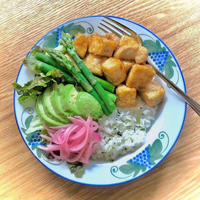 こんにちは!.コロナ自粛で、体重が増えてしまったので、そろそろ調整をしないとです。.野菜たっぷり、タンパク質たっぷり、大好きな炭水化物はランチだけの、お楽しみ!.豆腐と鶏ササミの炒め物の味付けは醤油麹で、レッドオニオンの発酵ジュース漬けが良いアクセントになりました。.発酵調味料は、旨味が多いので簡単に味が決まって助かります!.豆腐は低脂肪高タンパクなだけでなく、胃腸の調子を整えて、体を元気にしたり、体に潤いを与えてくれたりします。また体の内側の余分な熱を取る働きもあるので、暑い夏のタンパク源として、おすすめの食材です!.豆腐性味/甘味、寒性帰経/脾、胃、大腸効能:益気和中、生津潤燥、清熱解毒.#healthyfood#medicinalfood#fruits#miso#日本を元気にするご飯#ヘルシーフード#手作り発酵ジュース #発酵 #発酵フルーツ #発酵リビングフード#温活 #イライラ #体潤うごはん#美肌薬膳#薬膳 #中医 #手作り味噌体験#発酵麹調味料 #発酵麹調味料マイスター#くらし薬膳プランナーhttps://dodonosora.jp/https://chuigaku-cocokara.jp/magazine/cook/