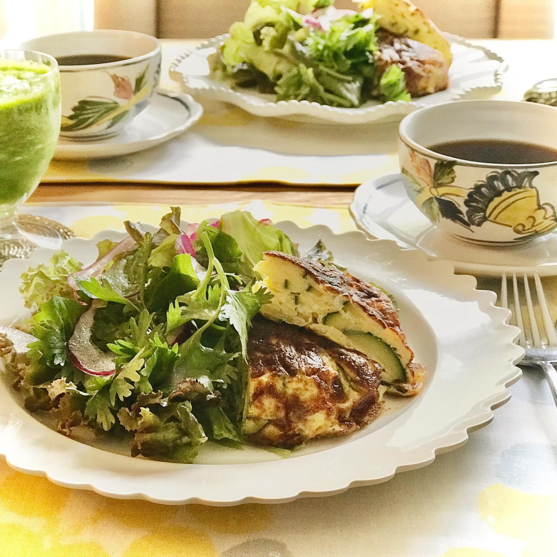 おはようございます!.今朝は、ズッキーニのフリッタータとパクチーサラダのGreen Breakfast .昨日は野菜が少なかったので、朝からからたっぷり野菜です!ズッキーニは清熱といって、体の余分な熱を取ってくれる食材です。オシッコの出を良くして体の水のバランスも整えてくれるので、暑いシーズンにお勧めの食材です.たっぷりのパクチーも、清熱と利水の働きがあるので、相乗効果で朝からスッキリ出来そう〜.因みにグリーンスムージーは、パイナップル、レモン、小松菜.たっぷり野菜とフルーツで、最高の日曜日!.#healthyfood#medicinalfood#fruits#miso#日本を元気にするご飯#ヘルシーフード#手作り発酵ジュース #発酵 #発酵フルーツ #発酵リビングフード#温活 #ビタミンk #ストレス緩和#美肌薬膳 #浮腫解消 #朝ごはん#薬膳 #中医 #手作り味噌体験#発酵麹調味料 #発酵麹調味料マイスター#くらし薬膳プランナーhttps://dodonosora.jp/https://chuigaku-cocokara.jp/magazine/cook/