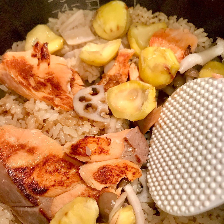 おはようございます!.昨日のレッスンで作った、栗と焼鮭のご飯。.醤油麹や甘酒を上手に使って、旨味アップの、炊き込みご飯です。.鮭から良いダシも出るので、わざわざ出し汁を取らなくても良いので、簡単美味しい!.鮭は補血の働きがあるので貧血・肌荒れなど、疲れて食欲が落ちて、栄養不足になってしまった時などに良い食材。.血の巡りも助けてくれるので、急に冷えて滞りがちな時にも良い食材です。.性味/甘味、温性帰経/脾胃補気・補血・温中・理気・滑腸・活血.#healthyfood#medicinalfood#fruits #miso#日本を元気にするご飯#ヘルシーフード#手作り発酵ジュース #発酵 #発酵フルーツ #発酵リビングフード#温活 #鮭 #補血#血の巡り#美肌薬膳#薬膳 #中医薬膳師#手作り味噌体験#発酵麹調味料#発酵麹調味料マイスター#くらし薬膳プランナー.https://chuigaku-cocokara.jp/magazine/cook/https://www.kurashi-yakuzen.net/index.html