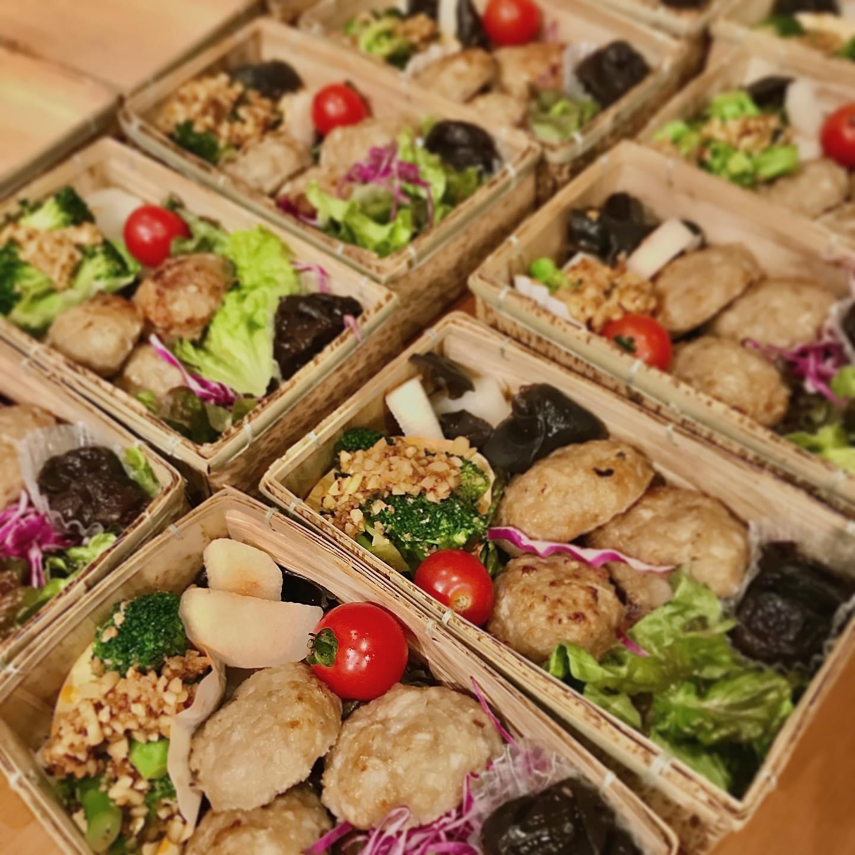 冬の薬膳弁当のご注文をいただきました!.久しぶりのお弁当作成に、やる気満々で楽しく作らせていただきました〜.大量調理ってやっぱり楽しい!私って物作りが好きなんだなぁ〜.◆鮭と人参の炊き込みご飯◆蓮根入りつくね◆ブロッコリーとカシューナッツの和物◆山芋と木耳の炒め物◆プルーンのスパイスコンポート.皆さん楽しんでいただけたかな?