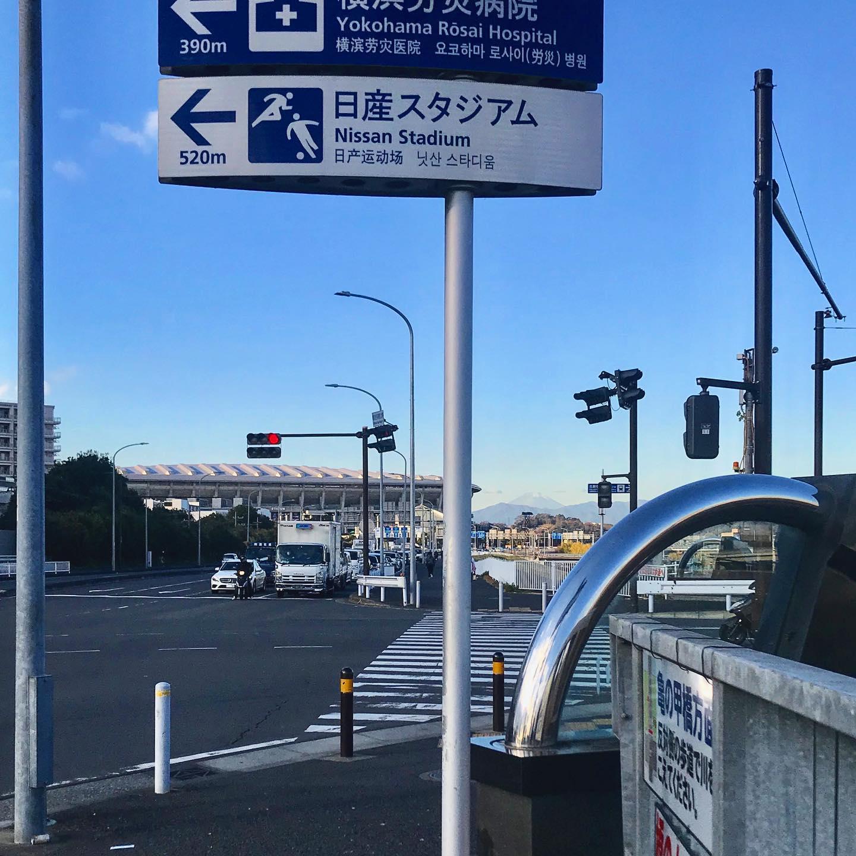 おはようございます!.今年も、恒例のクリスマスケーキ作りのお手伝いです〜.昨年までは、ご近所のケーキ屋さんで、徹夜のお手伝いをしてましたが、そのケーキ屋さんが、お引越しで居なくなってしまったので、今年は新横浜まで足を伸ばして、昔働いていた会社でのお手伝い!.久しぶりのこの景色。横浜って富士山が大きく見えたんだね〜.#クリスマスケーキ#アンリシャルパンティエ#日本を元気にするご飯#クリスマス