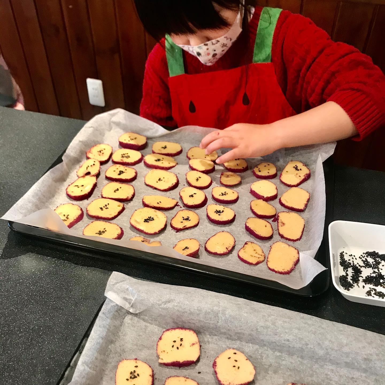 おはようございます!.昨日は、今年最後のレッスンでした〜最年少生徒さんのKちゃんと、さつま芋クッキーと肉まんのレッスン。.途中で、お腹が空いちゃって大変だったけど、肉まんもクッキーも上手に出来ました。.お家でも、お母さんと復習して、お兄ちゃんに作ってあげたそう。素晴らしい!.#healthyfood#medicinalfood#fruits #miso#日本を元気にするご飯#ヘルシーフード#手作り発酵ジュース #発酵 #発酵フルーツ #発酵リビングフード#温活 #さつま芋 #手作り肉まん#美肌薬膳#薬膳 #中医薬膳師#手作り味噌体験#発酵麹調味料#発酵麹調味料マイスター#くらし薬膳プランナー.https://chuigaku-cocokara.jp/magazine/cook/https://www.kurashi-yakuzen.net/index.html