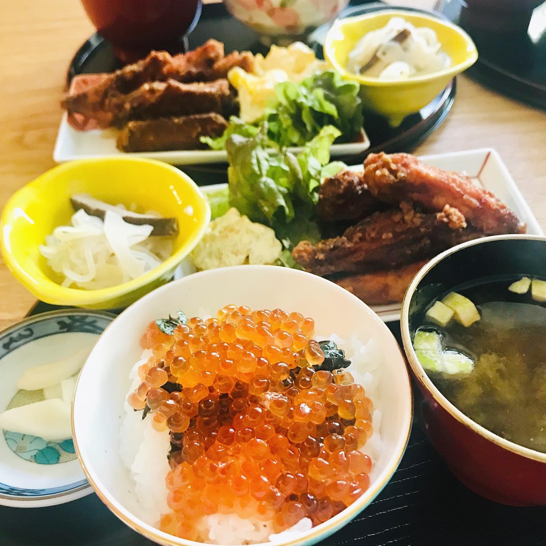 こんにちは!.毎年恒例、お正月のお昼ごはんは、贅沢いくら丼!.今年は福島から新種のブランド米を頂いたので、美味しいご飯とのコラボです。.ディープフライにした、手羽中のフライを甘辛く味付けしたオカズと、定食風に。.カラスミを上に乗せるのを忘れてしまった!.#healthyfood#medicinalfood#fruits #miso#日本を元気にするご飯#ヘルシーフード#手作り発酵ジュース #発酵 #発酵フルーツ #発酵リビングフード#温活 #いくら丼 #手羽中はカリカリに揚げると美味しい#美肌薬膳#薬膳 #中医薬膳師#手作り味噌体験#発酵麹調味料#発酵麹調味料マイスター#くらし薬膳プランナー.https://chuigaku-cocokara.jp/magazine/cook/https://www.kurashi-yakuzen.net/index.html