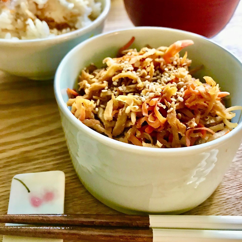 こんにちは!.今日の東京は、本当に寒いです〜朝から暖房の設定温度を25度にしてるけど、まだ室温計は19度!.なかなか温まりません〜こういう寒い日は、体もなかなか温まらないので、冷えやすい人には辛いです。.体を温めるには王道の「生姜」は、やっぱりオススメの食材です。.生姜をたっぷり入れた、切干大根の塩きんぴら。.生姜、切干大根、人参をごま油と塩麹で炒めただけの、シンプルな副菜です。ご飯に混ぜて食べるのがオススメ!.生姜が辛いので、お子様にはちょっと向きませんが、冷えやすいお母さんや、お姉ちゃんが個別に食べるのには、使いやすいです。.生姜性味:辛、微温帰経:肺、脾、胃散寒解表、温胃止嘔、化痰行水、解毒.#healthyfood#medicinalfood#fruits #miso#日本を元気にするご飯#ヘルシーフード#手作り発酵ジュース #発酵 #発酵フルーツ #発酵リビングフード#温活 #生姜 #からだ温まる#美肌薬膳#薬膳 #中医薬膳師#手作り味噌体験#発酵麹調味料#発酵麹調味料マイスター#くらし薬膳プランナー.https://chuigaku-cocokara.jp/magazine/cook/https://www.kurashi-yakuzen.net/index.html