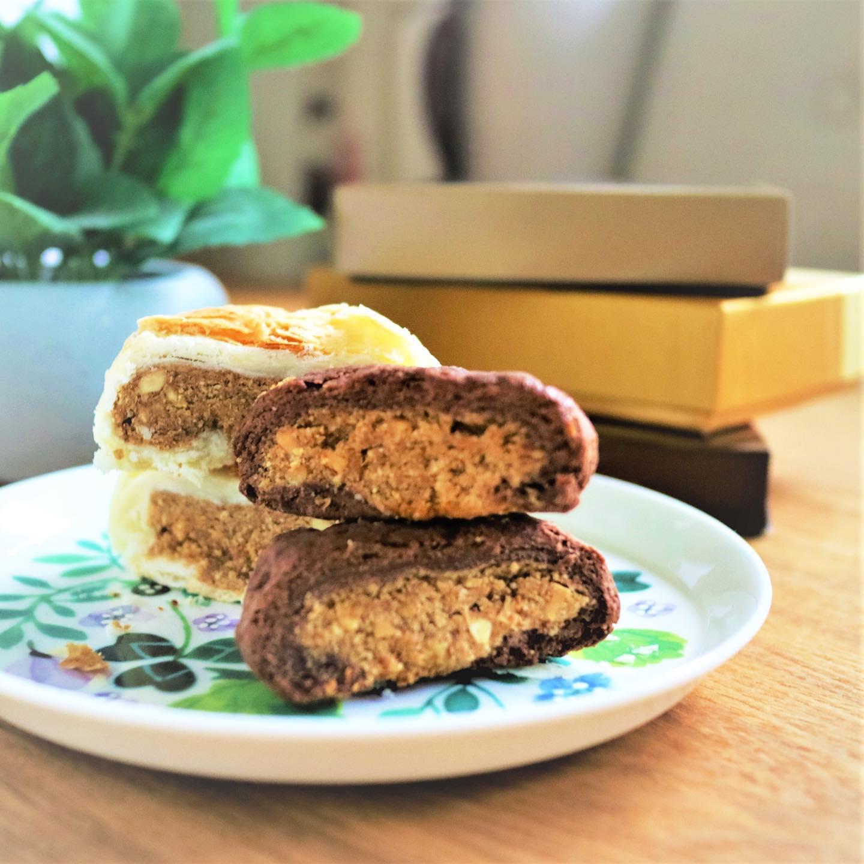 おはようございます!.今年は、陳先生のバレンタイン中華菓子レッスンが出来なくなったので、作る予定だったお菓子の写真だけでも….陳先生が頑張って試行錯誤で作ってくれた、チョコレート皮とピーナッツ餡のパイ生地の月餅です!.サクサクの皮とピーナッツ餡のちょっと塩が効いた感じが、凄く良い〜.レッスンが再開したら、陳先生に教えてもらいましょう!!.#healthyfood#medicinalfood#fruits #miso#日本を元気にするご飯#ヘルシーフード#手作り発酵ジュース #発酵 #発酵フルーツ #中華菓子#温活 #ピーナッツ #月餅#美肌薬膳#薬膳 #中医薬膳師#手作り味噌体験#発酵麹調味料#発酵麹調味料マイスター#くらし薬膳プランナー.https://chuigaku-cocokara.jp/magazine/cook/https://www.kurashi-yakuzen.net/index.html