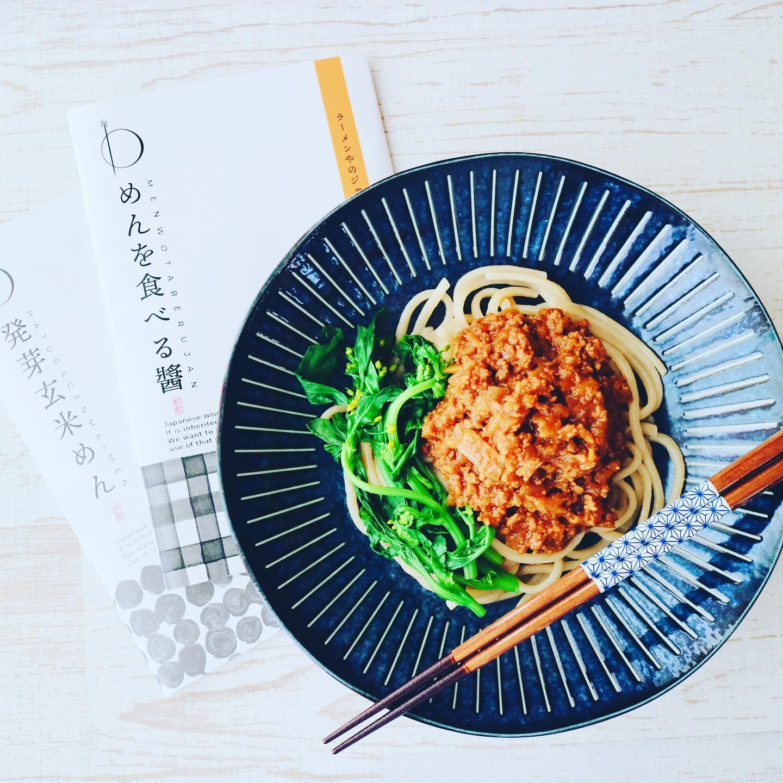 こんばんは!.今日のお昼は@wanochieさんの玄米麺に「めんを食べる醤」.「めんを食べる醤」とはジャージャー麺の具なんですけど、凄い肉感です!.まさか、こんなに具が沢山入っているとは…1パックを2人で分けても十分でした〜.自慢の手作りラー油をかけて、ちょっぴり辛めの味にしても、美味しかったです!汁ありの坦々麺にしても美味しそう〜.#healthyfood#medicinalfood#fruits #miso#日本を元気にするご飯#ヘルシーフード#手作り発酵ジュース #発酵 #発酵フルーツ #発酵リビングフード#wanochie #わのちえ#玄米麺 #めんを食べる醤#美肌薬膳#薬膳 #中医薬膳師#手作り味噌体験#発酵麹調味料#発酵麹調味料マイスター#くらし薬膳プランナー.https://chuigaku-cocokara.jp/magazine/cook/https://www.kurashi-yakuzen.net/index.html