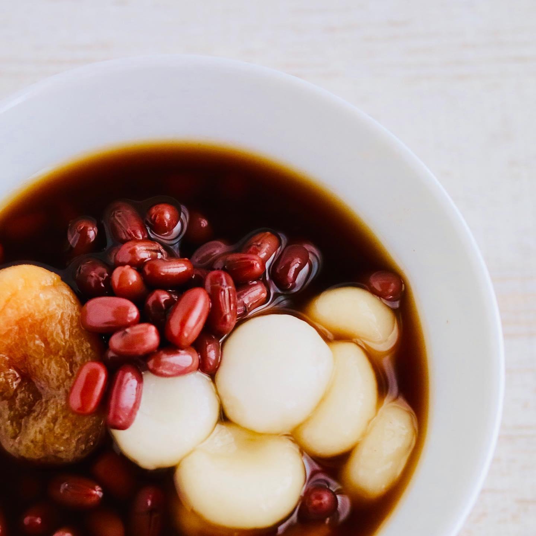 小豆は、余分な水を出して巡りを助けてくれる食材です!民間療法でも利尿や毒出し、産後の養生の時にも良く食べられているようです。.中医学的には小豆は心、小腸の働きを助けて、身体の余分な熱を取って、湿気からの重だるさ、むくみが気になる時におすすめの食材です。.解毒作用もあるので、吹き出物などの肌荒れ、便秘などデトックスの時にも食べたい食材です。.白玉を乗せて、冷やしぜんざい。あまり冷たくしすぎると、脾胃が冷えて良くないので、ほんのり冷えてるくらいで食べて下さいね.#healthyfood#medicinalfood#fruits #miso#日本を元気にするご飯#ヘルシーフード#手作り発酵ジュース #発酵 #発酵フルーツ #発酵リビングフード#醤油麹 #発酵ジュース#美肌薬膳#薬膳 #中医薬膳師#浮腫み #だるい #小豆#手作り味噌体験#発酵麹調味料#発酵麹調味料マイスター#くらし薬膳美容アドバイザーくらし薬膳│JREC 日本リフレクソロジスト認定機構